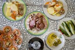 与俄国烹调盘的一张桌  图库摄影