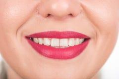 与俏丽的微笑和白色牙的愉快的妇女面孔 演播室照片写真 使用明亮的红色唇膏 开放的嘴 库存照片