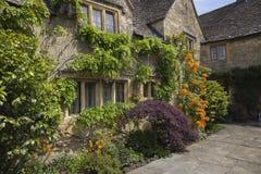 与俏丽的花边界,英国的Cotswold村庄 图库摄影