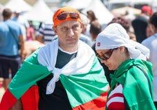 与保加利亚旗子的观众在Rozhen节日2015年 库存图片