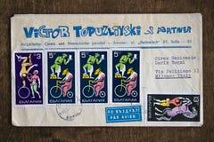与保加利亚语的老信封盖印代表有些杂技演员对此 免版税库存照片