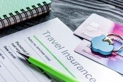 与保险的预定的旅行概念在木桌背景 库存照片