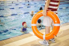 与保险索的游泳教练员 库存照片