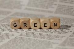 与信件的木立方体 词绿色被显示,抽象例证 库存图片