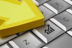 与信号计算机键盘的财政背景 企业概念查出的成功白色 免版税库存图片