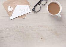 与信封的一张木桌 顶视图 免版税库存图片