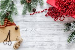 与信封的礼品包装材料集合新年和圣诞节2018年问候在木背景上面veiw嘲笑 免版税库存照片
