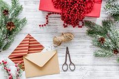 与信封的礼品包装材料集合新年和圣诞节2018年问候在木背景上面veiw 免版税库存照片