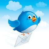 与信封的飞行的蓝色鸟 免版税库存照片