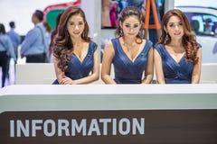 与信息柜台的未认出的模型在泰国国际马达商展2015年 免版税库存图片