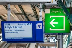 与信息面板的火车站广场和出口签字 库存照片