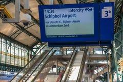 与信息面板的火车站广场和出口签字 免版税库存图片