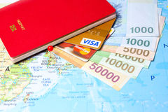 与信用卡和韩国货币的护照 免版税库存照片