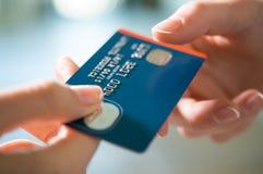 与信用卡的购买 库存照片
