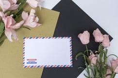 与信件、珊瑚和花的构成在白色背景 爱或婚礼照片背景 库存图片