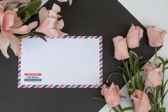 与信件的在白色背景的构成和花 装饰开花弹簧 库存图片