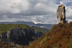 与修士` s细胞在它的上面,乔治亚的Katskhi柱子 免版税库存图片