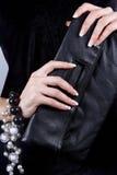 与修指甲的女性现有量与手袋 免版税库存照片