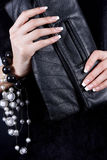 与修指甲的女性现有量与手袋 库存照片