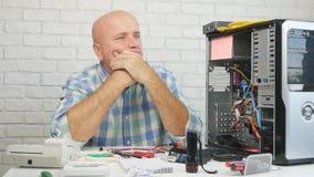 与修理计算机硬件的生气和失望的技术员的慢动作 股票录像