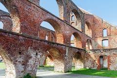 与修道院大厦,巴特多伯兰县的曲拱的红砖废墟 库存图片