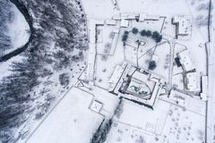 与修道院庭院的一个冬天风景概要 图库摄影
