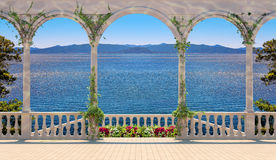 与俯视海和山的楼梯栏杆的大阳台 库存照片
