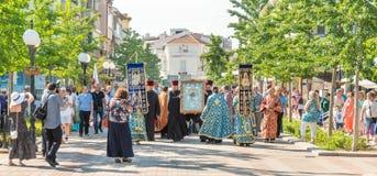 与值得上帝的母亲的象的队伍它是沿老波摩莱的中央街道在保加利亚 库存图片