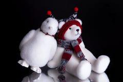 与倾斜在北极熊的企鹅的圣诞节礼物 免版税库存图片