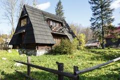 与倾斜的屋顶的小大厦,扎科帕内 库存图片