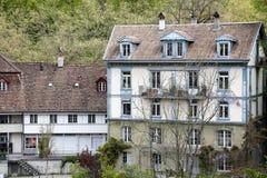 与倾斜的屋顶的连栋房屋在伯尔尼 库存图片