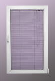 与倾斜的白色塑料窗口和两块玻璃和紫罗兰色色盲 库存图片