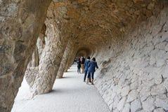 与倾斜的石专栏的有列柱路在公园guell, Barc 免版税图库摄影