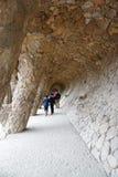与倾斜的石专栏的有列柱路在公园guell, Barc 库存照片