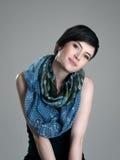 与倾斜的顶头佩带的围巾的华美的年轻短发深色的秀丽 免版税图库摄影