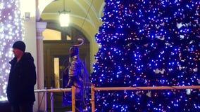 与假日光的圣诞树在城市 股票视频