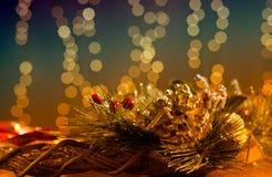 与假日光的圣诞节装饰 免版税库存照片
