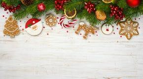 与假日树枝的圣诞节装饰,球戏弄,姜饼曲奇饼 免版税库存照片