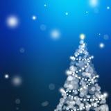 与假日树的圣诞卡在深蓝背景 免版税库存照片