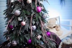 与假日装饰品的圣诞树和在权利的拷贝空间 库存照片