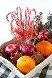 与假日装饰的圣诞节甜点 免版税库存图片