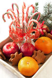 与假日装饰的圣诞节甜点 免版税库存照片