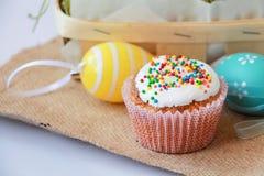 与假日装饰的复活节蛋糕 免版税库存照片