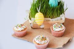 与假日装饰的复活节蛋糕 免版税库存图片