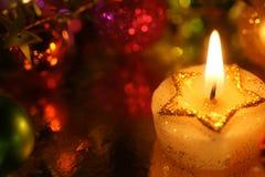 与假日装饰的美好的圣诞节星蜡烛 免版税库存图片