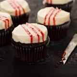 与假血液的鬼的万圣夜主题的杯形蛋糕 图库摄影