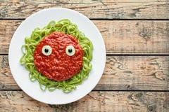 与假血液西红柿酱和无盐干酪眼珠的鬼的万圣夜妖怪绿色面团 库存照片