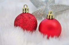 与假雪的圣诞节装饰 库存图片