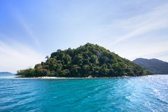 与偏僻的海岛的美好的海景和秘密在增殖比靠岸 免版税库存图片