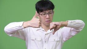 与做出决定混淆的年轻亚洲商人 股票录像